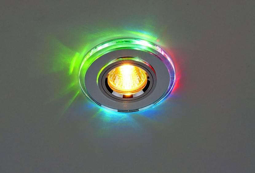 натяжной потолок в зале с люстрой и точечными светильниками