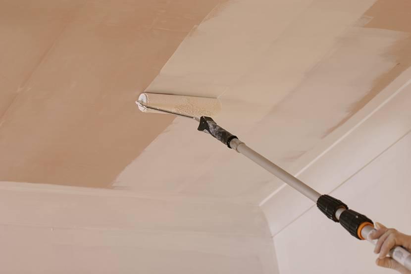 Покраска потолка, отделанного фанерой
