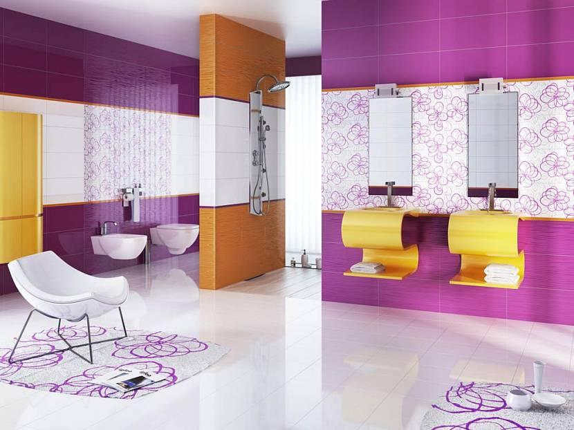Ванная с фиолетовой и желтой плиткой