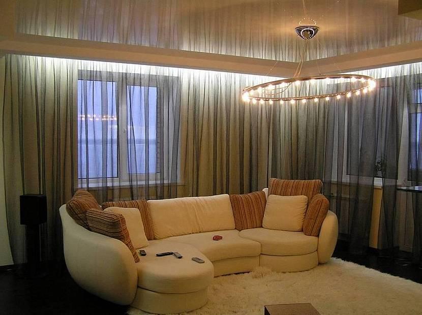 Карниз в гостиной с натяжным потолком