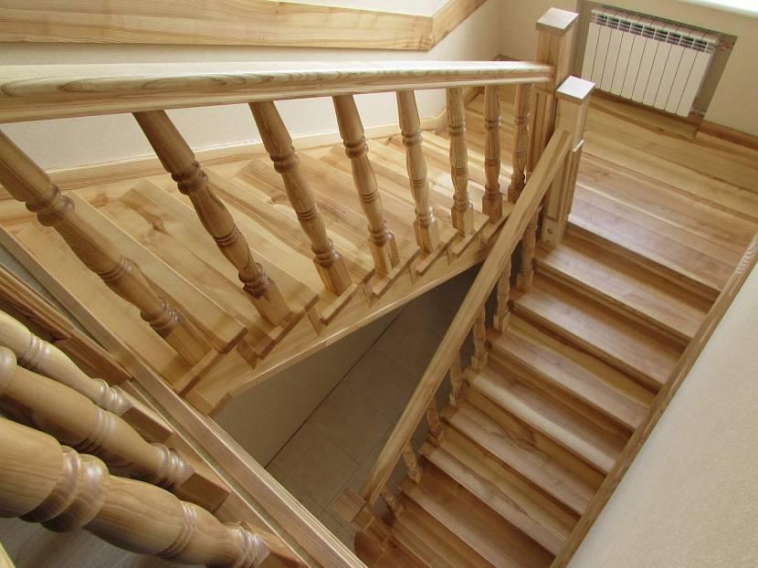 Окрашенная лестница из сосны