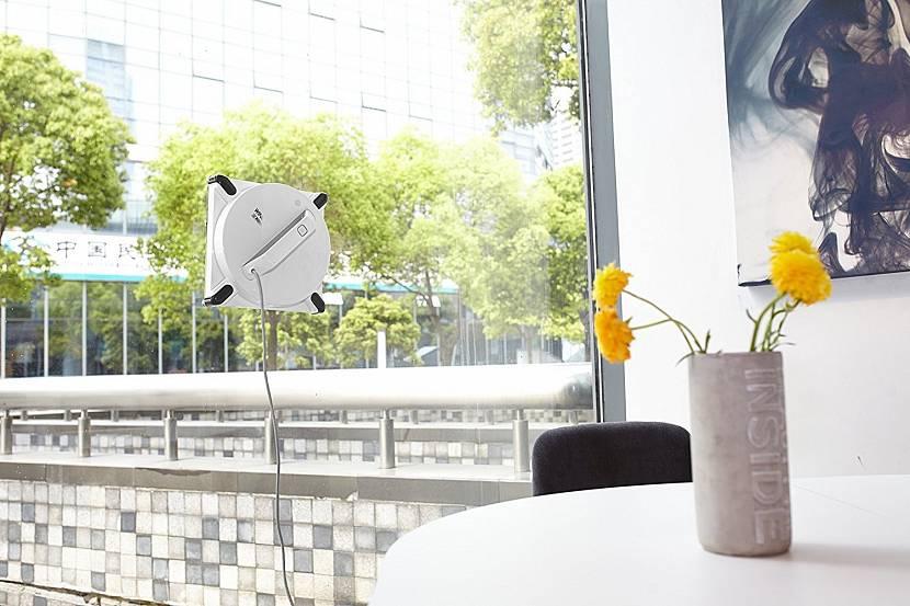Робот, моющий окно
