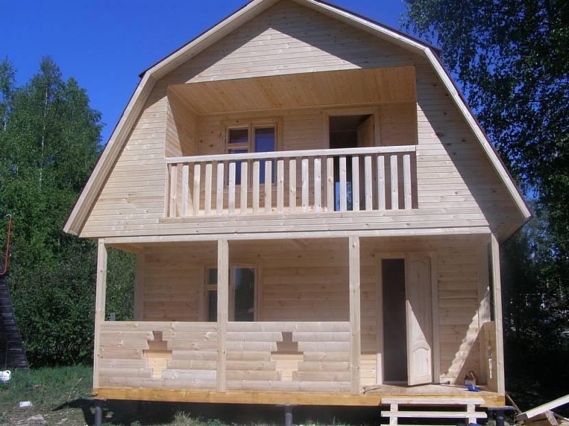 дом 5 на 6 с мансардой и фронтонным балконом