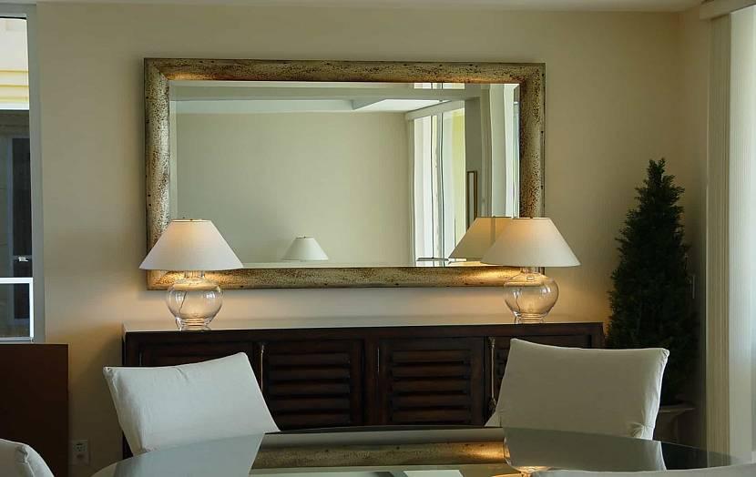 Зеркало на стене в комнате