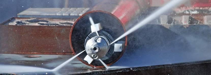 Гидродинамическая очистка канализационной трубы