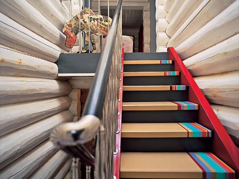 Покрашенная лестница из сосны