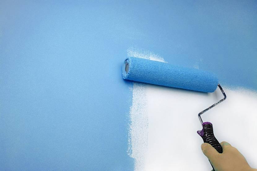 Водоэмульсионная краска на ровном фанерном покрытии