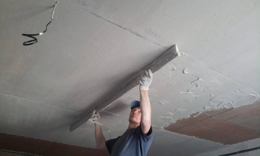 Для выравнивания потолка чаще берут штукатурку средней фракции