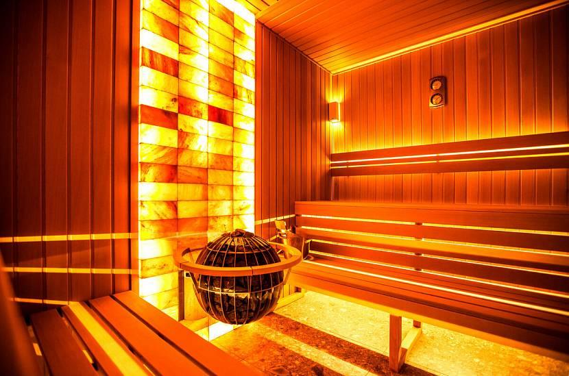 Свет от солевой стены очень напоминает рассветный или закатный оттенок солнца, успокаивающий и умиротворяющий