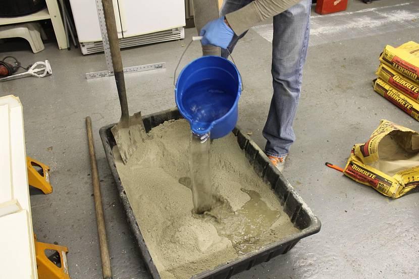 В готовую сухую смесь добавляется вода
