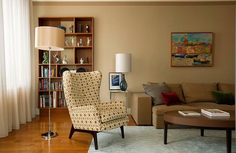 Интерьер гостиной с однотонными стенами