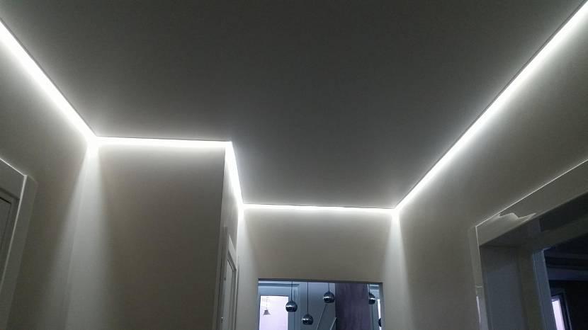 Светодиодная лента зрительно приподнимает потолок