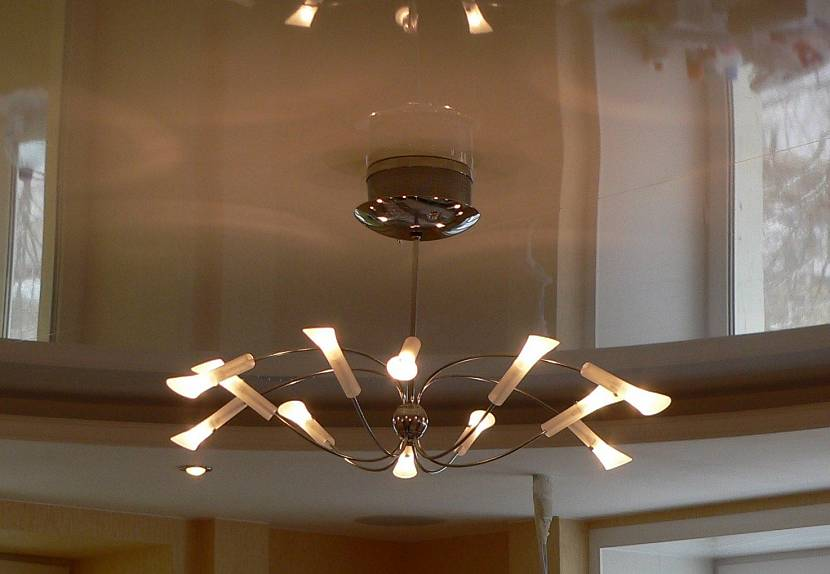 освещение гостиной с натяжным потолком