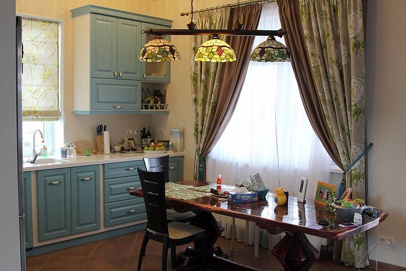 Темные шторы для кухни в стиле прованс