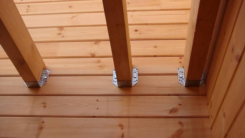 Крепление стропил навеса к деревянной стене