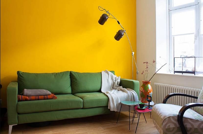 Желтая стена и природные тона обивки