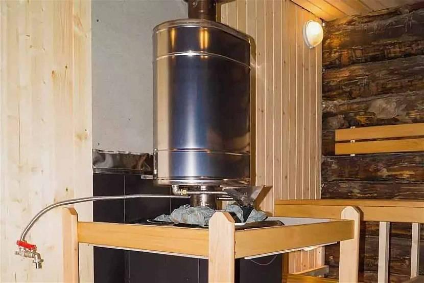 Металлический бак для подогрева воды в бане над печью