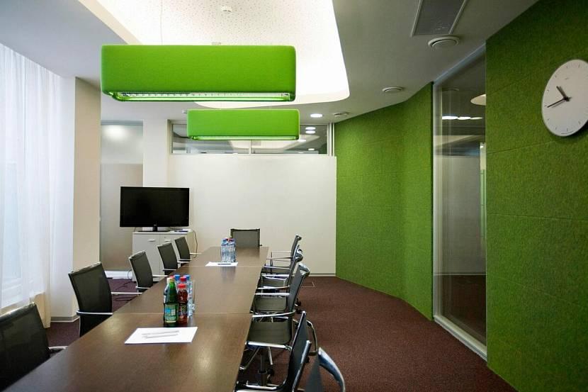 Зеленый цвет стен в переговорной