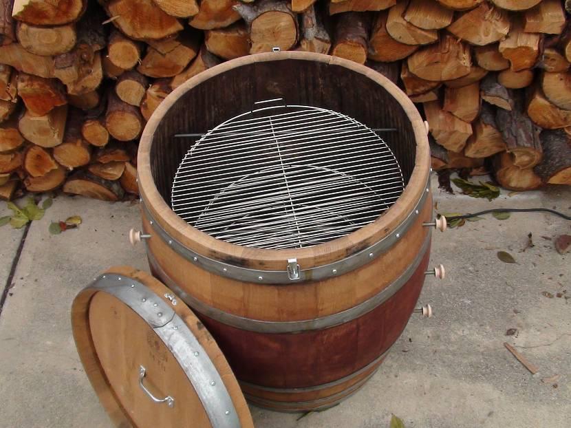Вертикальная коптильня из деревянной бочки