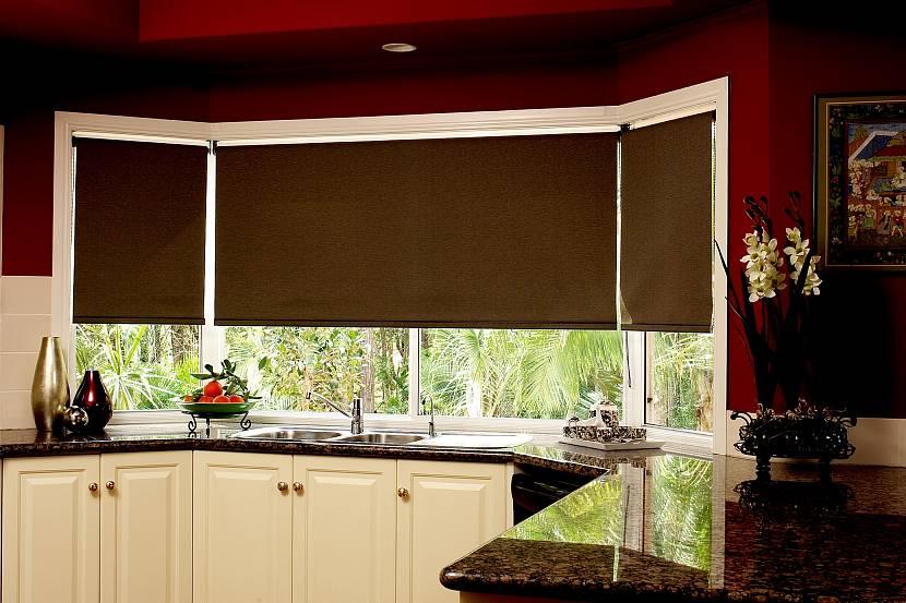 Широкая рулонная штора на кухню