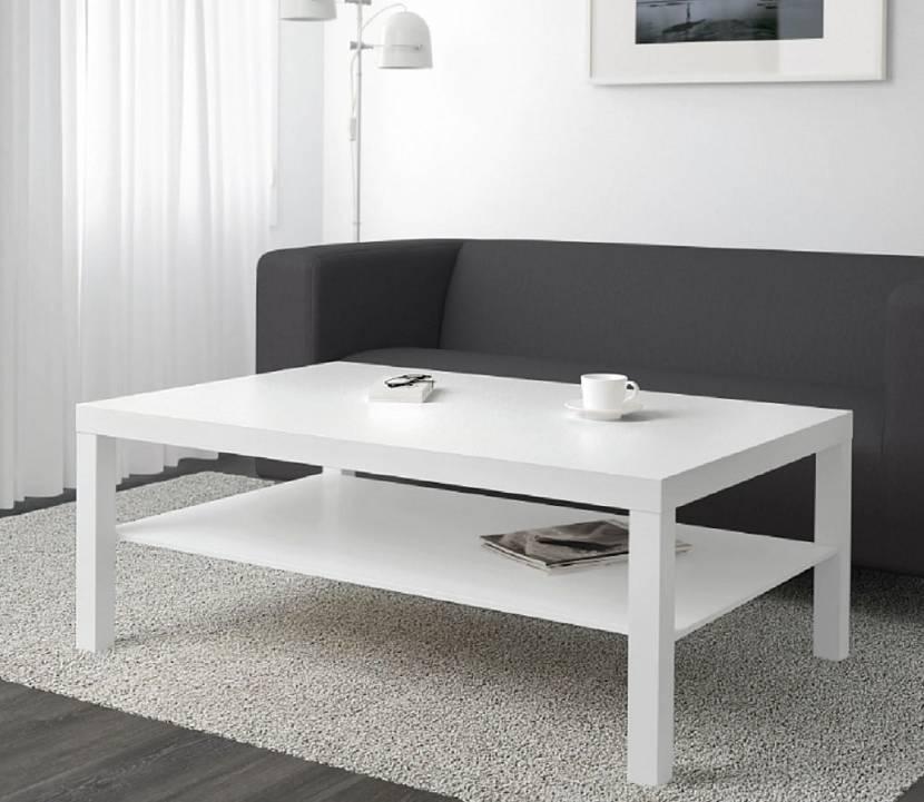 Белый журнальный стол в интерьере