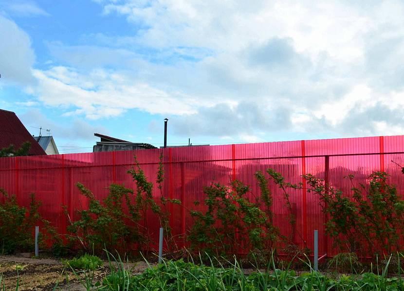 Красный шиферный забор