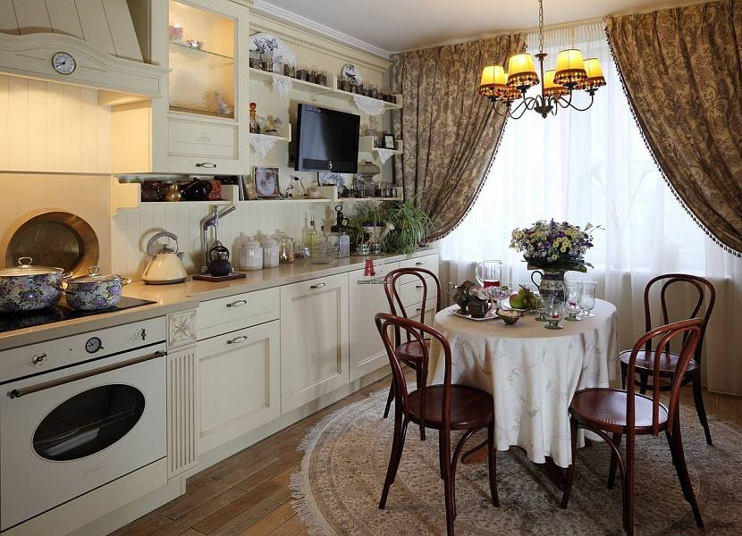 Короткие шторы в большой кухне