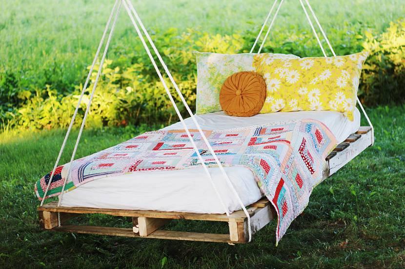 Кровать-качели из деревянных поддонов