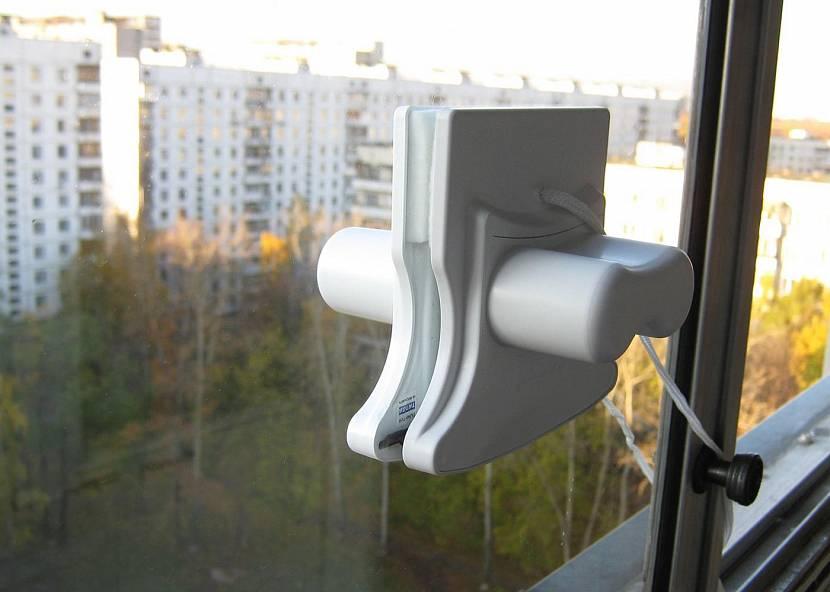 Прибор для мойки окон на магнитах
