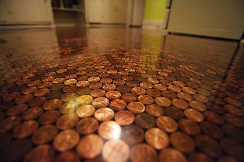Наливной пол с монетками в качестве декора