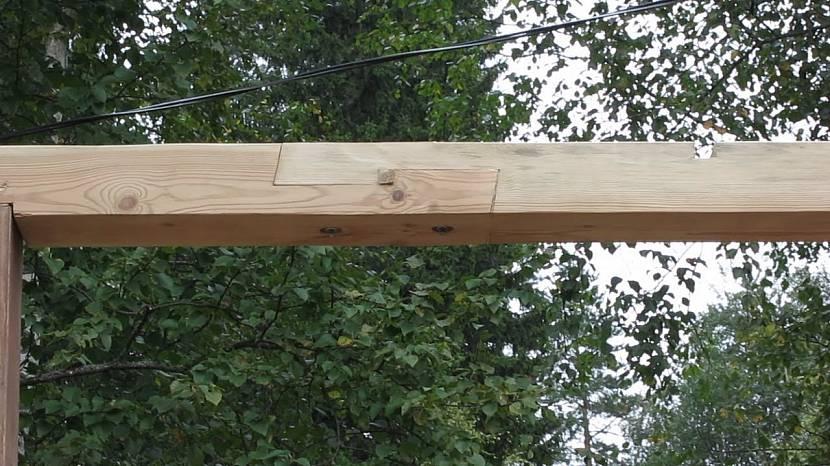 При строительстве навесов, беседок и прочих подобных сооружений сращённый брус может не иметь под собой опоры