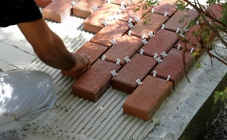 как укладывать брусчатку на бетонное основание видео