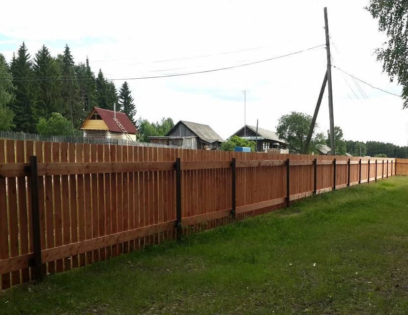 Деревянный забор на винтовых сваях