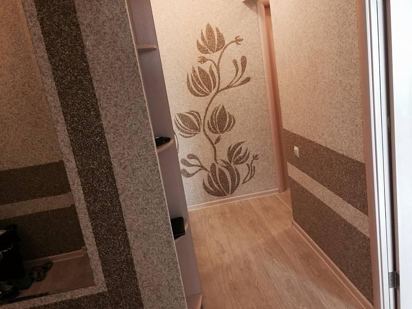 Комбинированный коридор с бамбуковыми обоями и искусственным камнем