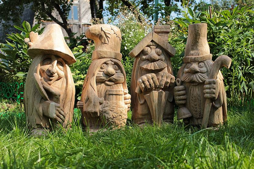 Деревянная садовая скульптура