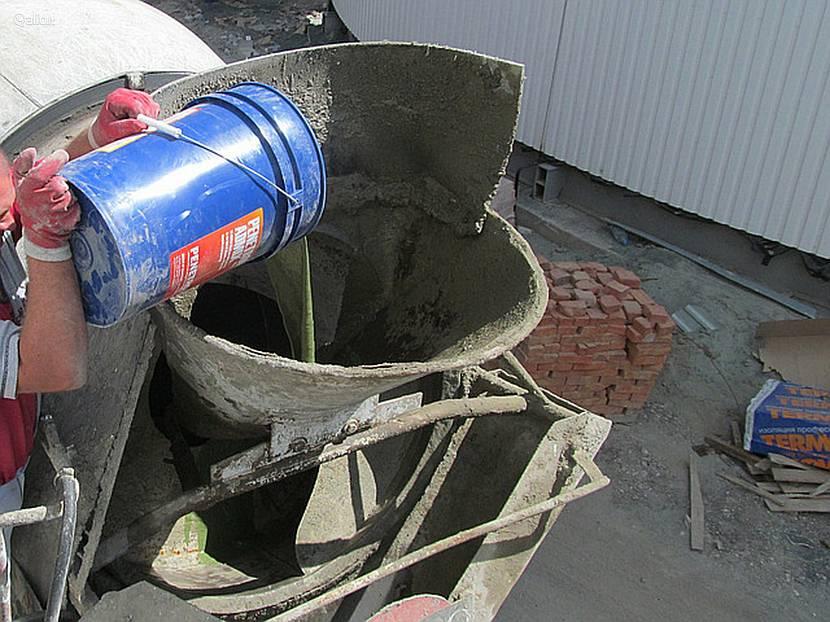 Добавление «химии» для изменения свойств бетонной смеси