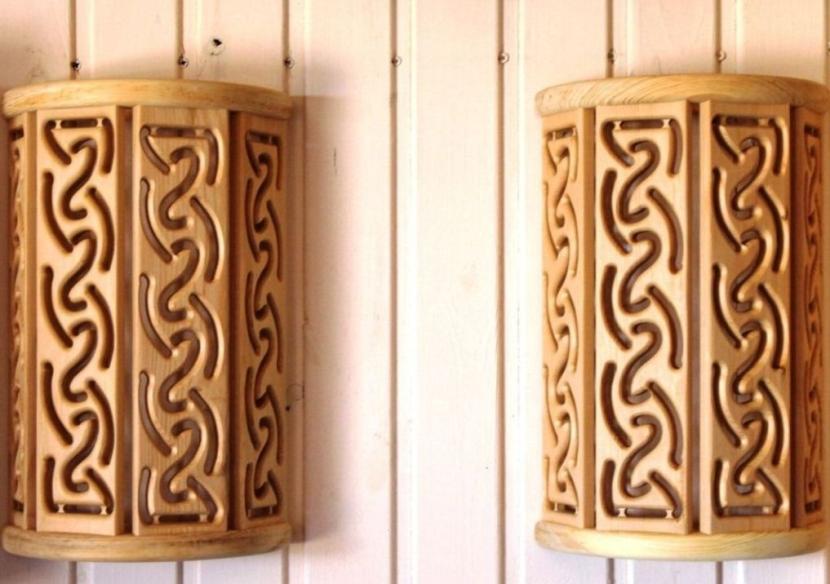 Деревянные светильники в баню и сауну украшены узорами