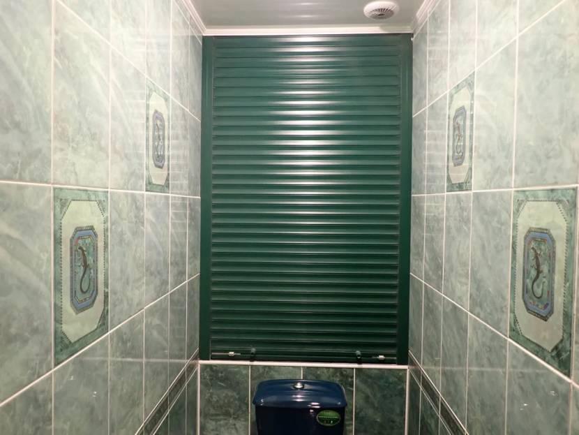 Рольставни в туалете для скрытия труб