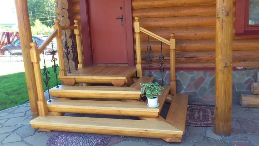 Пример деревянного крылечка для дачного дома
