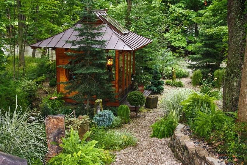 Беседка из дерева в саду