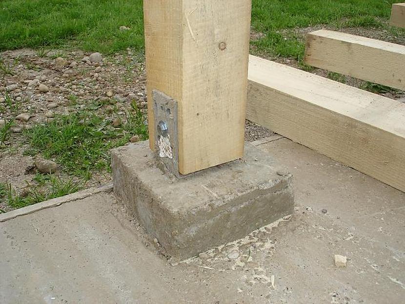 Монтаж деревянного столба на бетонное основание