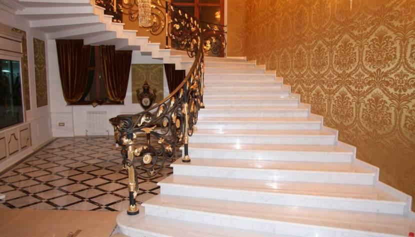 Беломраморная полуспиральная лестница