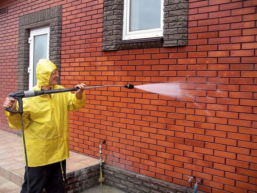 Мытье стены напором воды