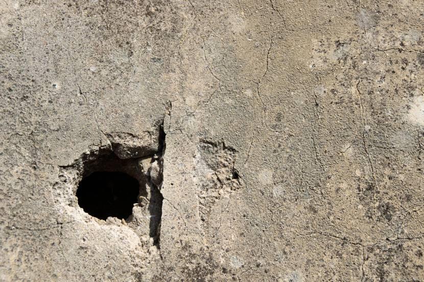 Крупная дыра в стене