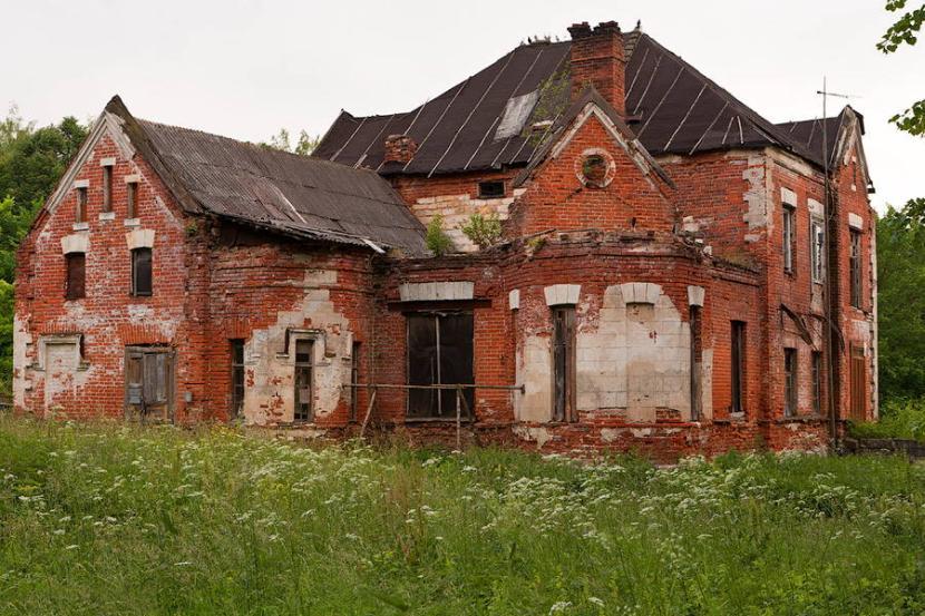 Обветшалый кирпичный дом