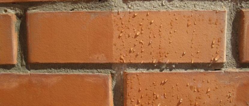 Наглядно действие защиты кирпича от влаги