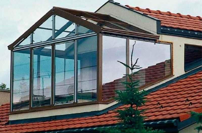 дом 5 на 6 с мансардой и остеклённым балконом на крыше мансарды