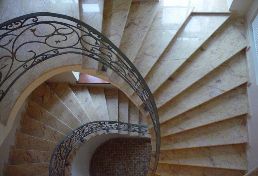 Лестница из кремового мрамора