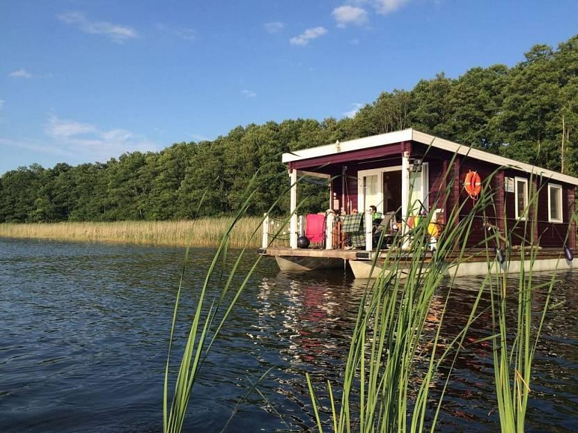 Дом-плот на озере