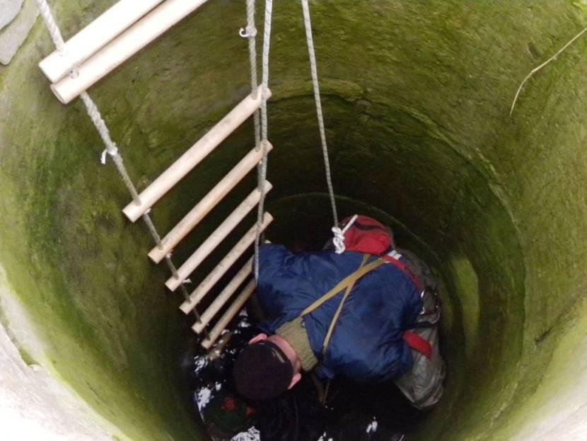 Спуск в колодец по веревочной лестнице